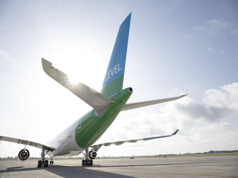 AirbusCode promo de la compagnie Level, avion sur piste d'atterrissage