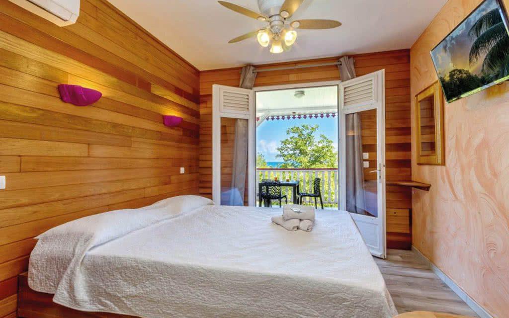 Chambre avec lit double avec vue sur la mer en Martinique pour un voyage pas cher .