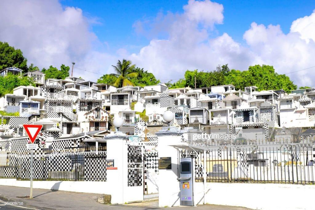 Cimetière de Morne à l'eau en Guadeloupe. Cimetière avec décoration de carreaux noir et blanc.