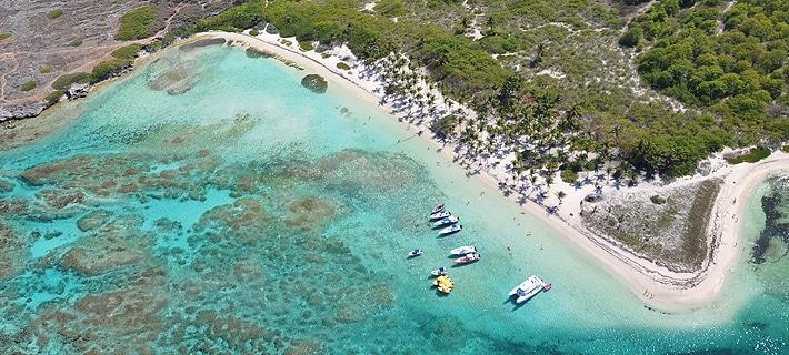 Vue aérienne de la plage de petite terre en Guadeloupe.