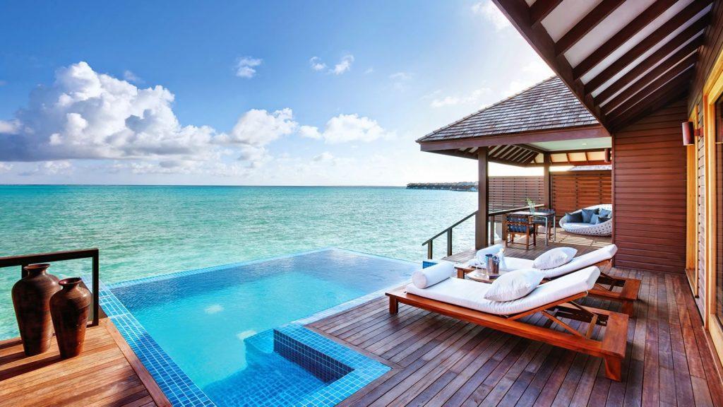 Villas sur pilotis avec piscine débordantes sur la mer aux  Maldives.
