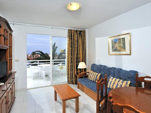 Salle séjour de l'hôtel à Fuerteventura. Baie vitrée avec vue sur la mer.