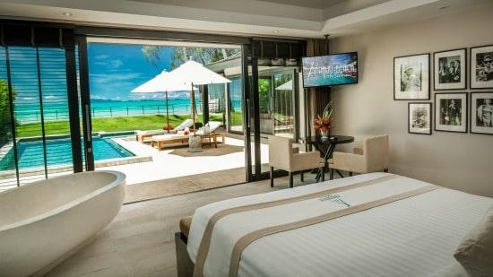 Chambre avec lit double, baignoire, piscine privée + chaise allongée + vue sur la plage