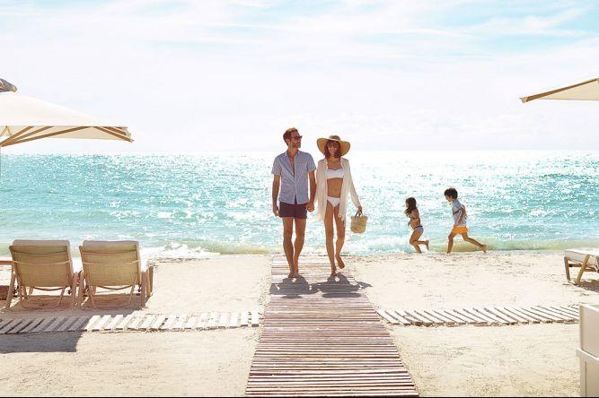 couple à la plage durant un séjour en Grèce tout compris