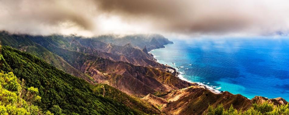Massif montagneux Anaga à Tenerife  touche les nuages et fait face à la mer.