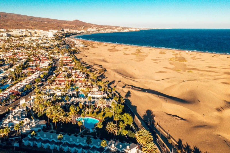 Vue aérienne de la staion balnéaire  Maspalomas à Gran Canaria. Dunes de sable dorés face à une immense plage.