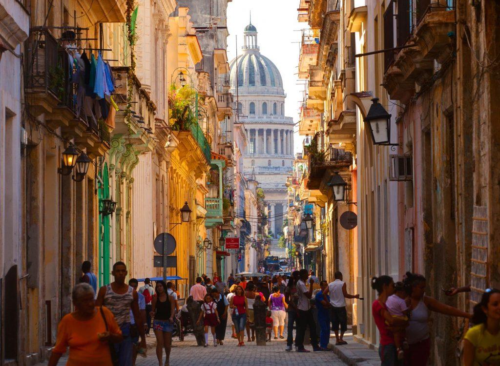 ruelle à la Havane avec habitant qui déambule dans la rue principale. Ville ancienne avec architecture coloniale.