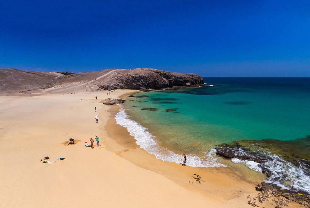 Plage à Lanzarote îles des Canaries à choisir pour les vacances. Grande étendue de sable face à la mer.