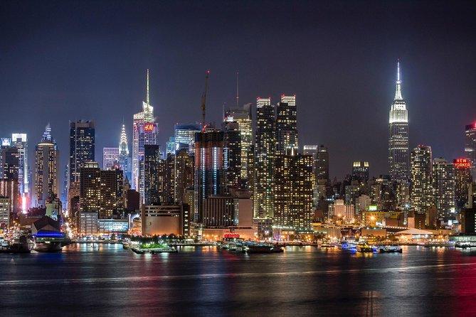 Aperçu de la ville de New-York la nuit . Building éclairés face à une immense étendue d'eau.
