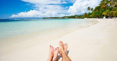 Couple à la plage : séjour en Guadeloupe en demi pension