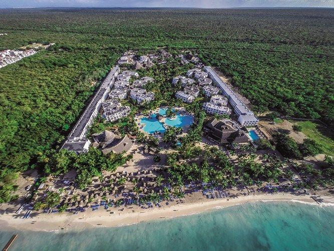 Vue aérienne de l'immense hôtel Be live  Collection à la Romana en République dominicaine pour vun voyage all inclusive. Hotel au milieu d'un forêt tropical face à la mer avec piscine au centre .