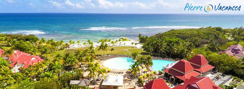 Vue arienne du village Pierre et vacances en Martinique . Village avec piscine au cente et plage en face de l'établissement. Etablissement qui accepte les chèques vacances ANCV.