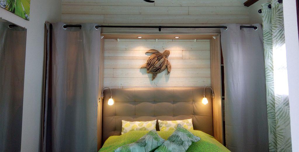 Chambre de la résidence pomme cannelle en Guadeloupe . Sur le mur une tortue en bois. Offre de séjour vente privée Guadeloupe pas cher .