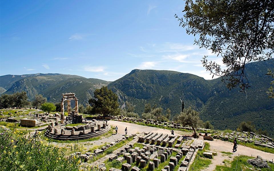 La Tholos , le sanctuaire de la déesse Athéna à Delphes en Grèce: site archéologique.