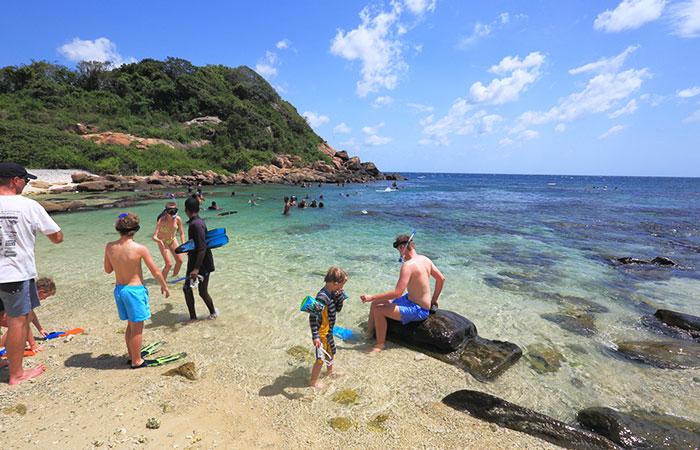 Plongée avec tuba sur la plage de Pigeon island à Sainte Lucie, île anglophone des Caraïbes.