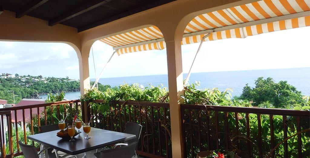 Terrasse avec vue sur la mer en Guadeloupe avec Pommes cannelles