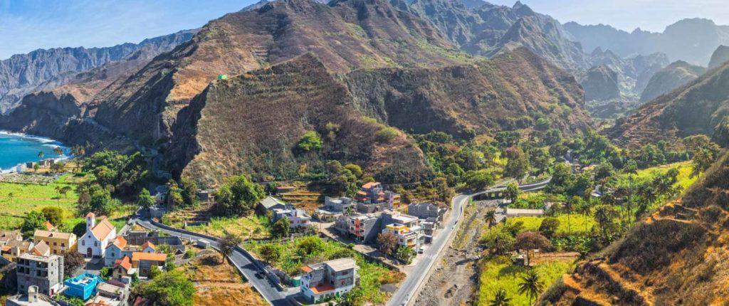 Santo Antao . Partir découvrir une des îles du Cap vert . Ile de colline verdoyante avec une ville dans le vallon.