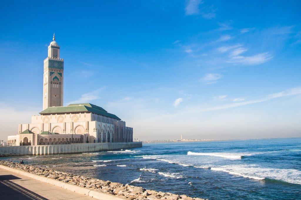 Ville moderne de Casablanca avec sa mosquée et immense minaret face à la mer.