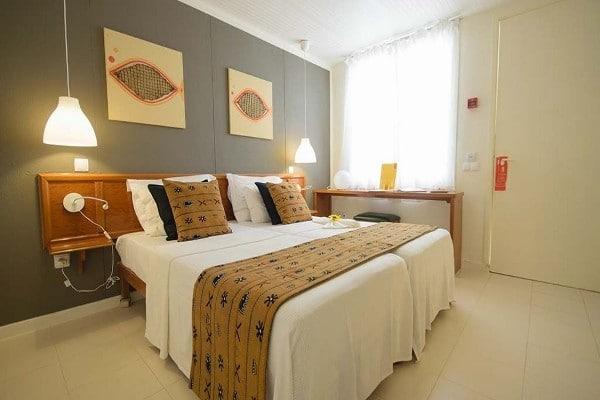 Chambre hotel Héliades Belorizonté a Sal , pour un séjour pas cher all inclusive au Cap Vert . Lit double XXL avec décoration africaine.