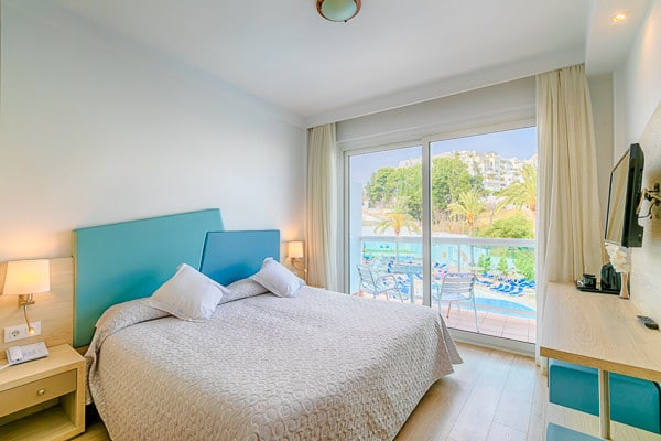 Chambre deux personnes pour des vacances à Malaga. Chambre avec lit double + terrasse + vue sur piscine et vue sur la mer