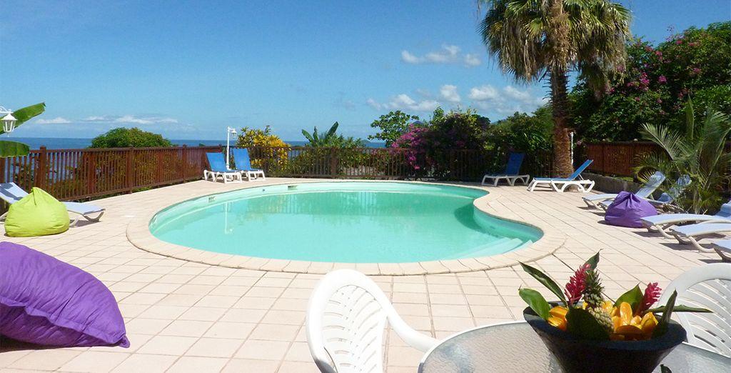 Piscine extérieure Pommes Cannelles en Guadeloupe . Résidence de vacances pas cher au Gosier pour un séjour en Guadeloupe .