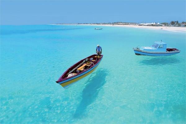 Bateau de pêcheur sur la plage de Santa Maria : ile de Sal au cap Vert . Plage proche de l'hotel Héliades pour un voyage tout inclus au Cap Vert.