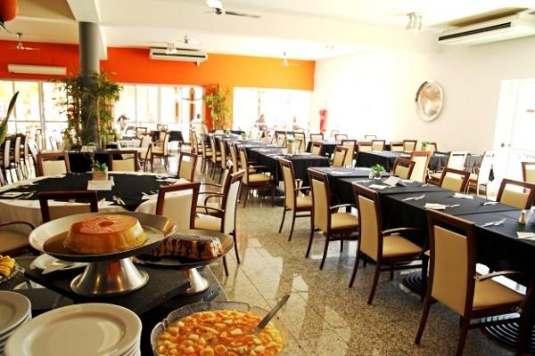 Restaurant de l'hôtel avec rangé de table et buffet , pour un voyage en pension complète .