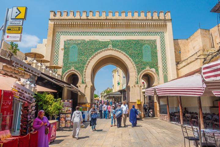Visiter fès , ville emblématique du Maroc avec sa fameuse porte d'entrée antique de l'ère islamique.