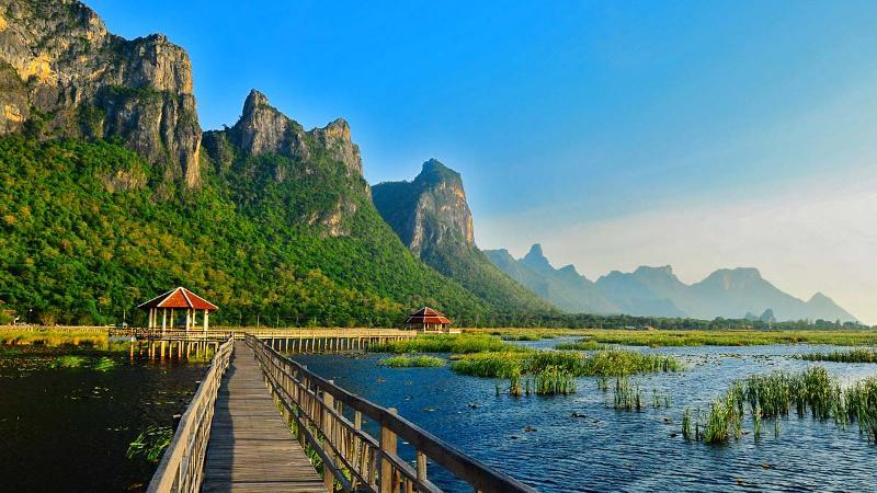 vue d'ensemble du parc national de  Khao Sam Roi  en Thailande .