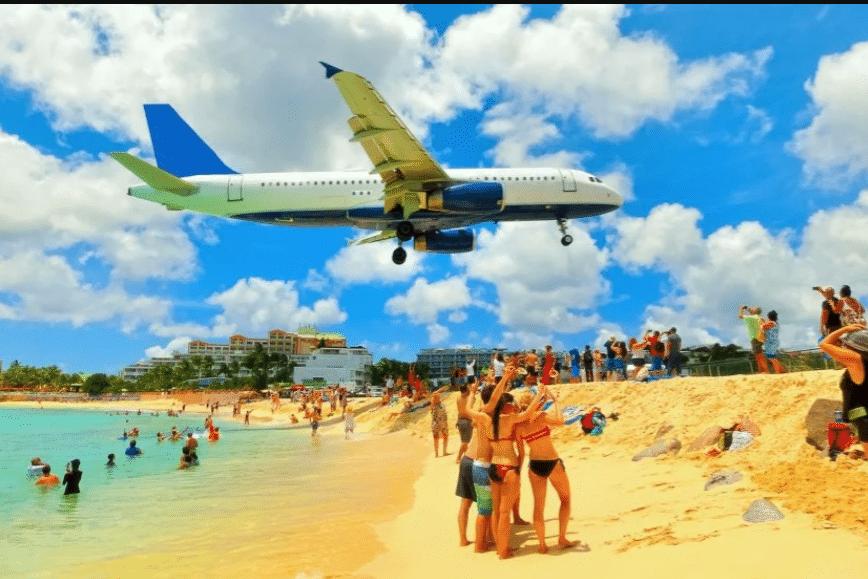 Visite Saint Martin et découvrir la plage de Maho Bay Beach proche de l'aéroport Princess Juliana .