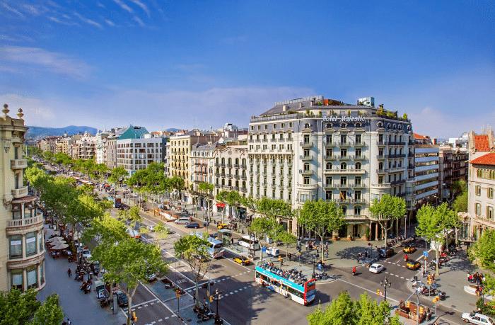 Grande avenue à Barcelone qui relie  le quartier de Gracia à la place Catalogne .
