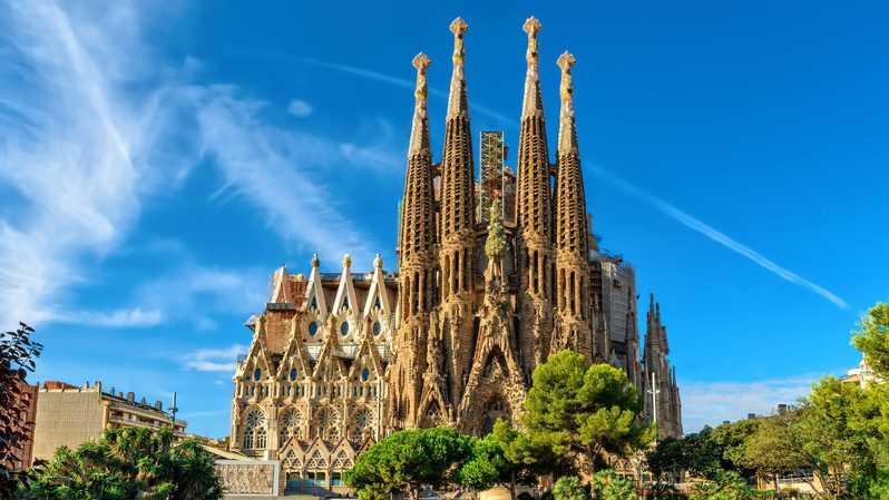 La grande Basilique de la Sagrada Familia à Barcelone : lieu incontournable à visiter .