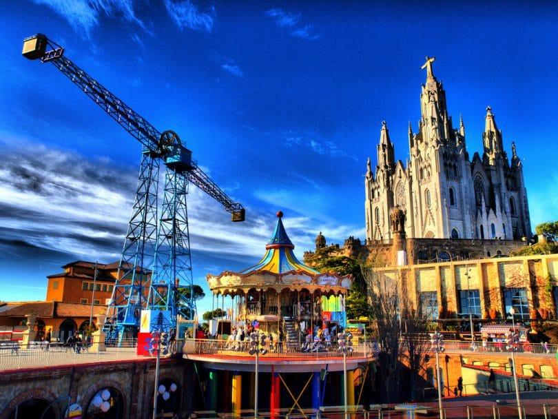 Vue d'ensemble du parc d'attraction Tibidabo proche de la cathédrale du Sacré Coeur à visiter à Barcelone .