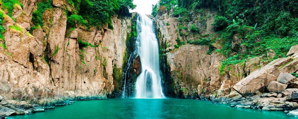 Grande chute d'eau au parc national de Khao Yai .