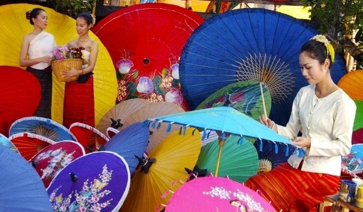 Atelier de création de parapluies traditionnels thaïlandais à Bo sang au sud de Chiang Mai .