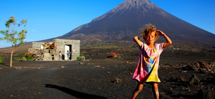 Visiter Fogo : l'île volcanique du Cap Vert . Paysage de souffre et de cendre avec peu de végétation avec son immense volcan .