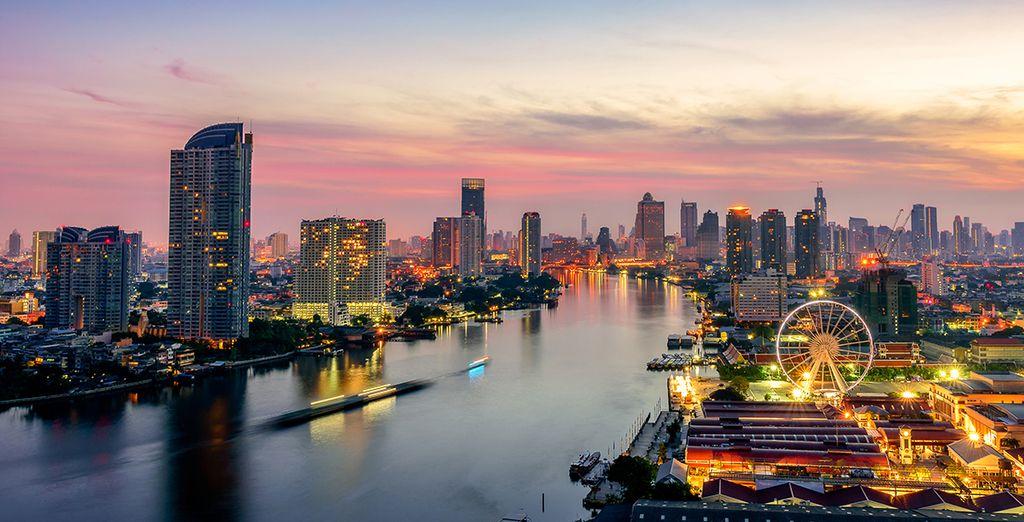 Vue aérienne de la ville de Bangkok en  Thaïlande avec ses grattes ciel et son fleuve Chao Praya .