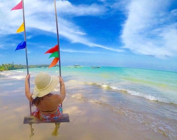 Plage de sable blanc à Khao Lak  pour un voyage en Thaïlande .