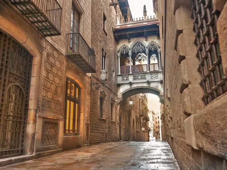 A visiter : Le quartier Gothique de Barcelone .