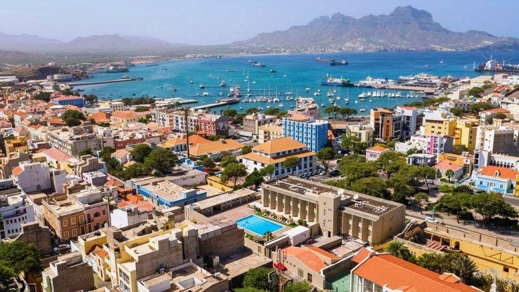 Sao Vincente : vue aérienne de la ville principale de  la ville  proche du port et de la plage