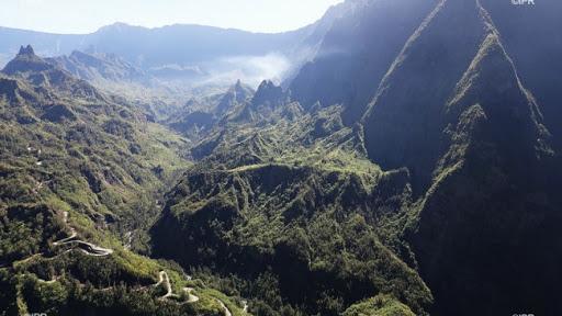Faire de la randonnée et excursion à Cilaos , l'un des cirques de la Réunion .