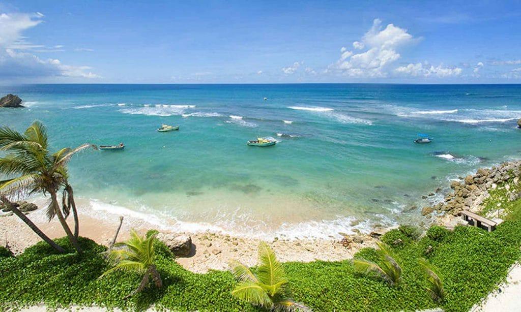 Vue panoramique de la baie : Tent Bay à la Barbade , baie avec des bateaux de pêche .