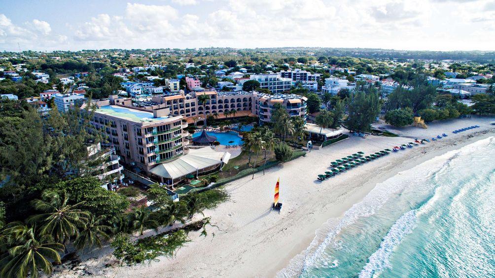 Plage à visiter à la Barbade : plage d'Accra lieu touristique à explorer .