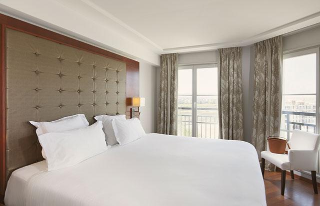 Chambre avec lit double lors de votre séjour pour une journée ou week end entre copines au Relais Spa .