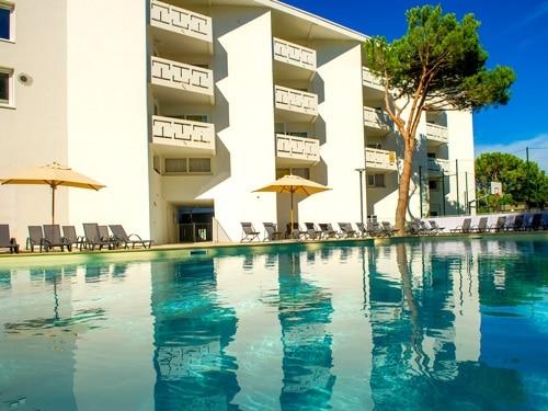 village club vacances la Grande Motte dans l'Hérault en Occitanie . Offre de séjour avec Cap Vacances : établissement avec piscine en extérieur