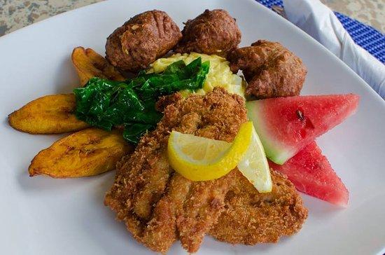 A déguster : plat de la Barbade avec du poisson frit et de la banane plantain .
