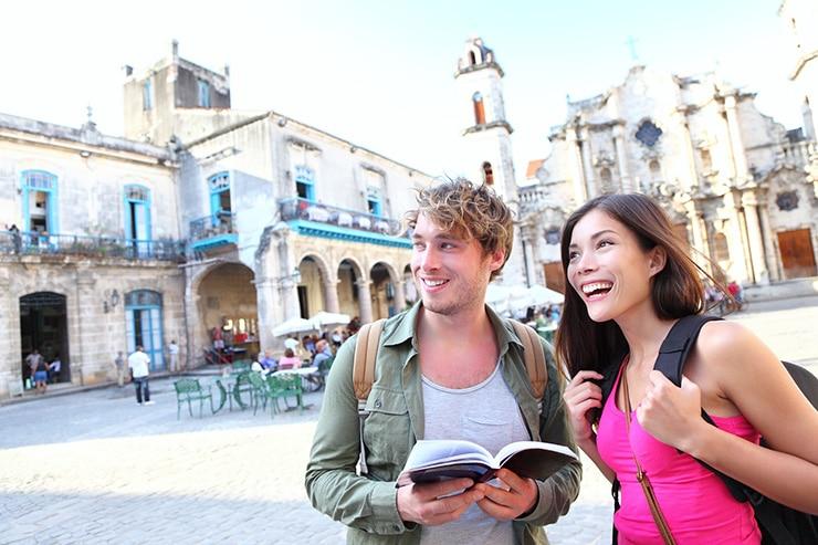 Couple qui profite d'une visite de la Havane lors de leur voyage tout inclus à Cuba .