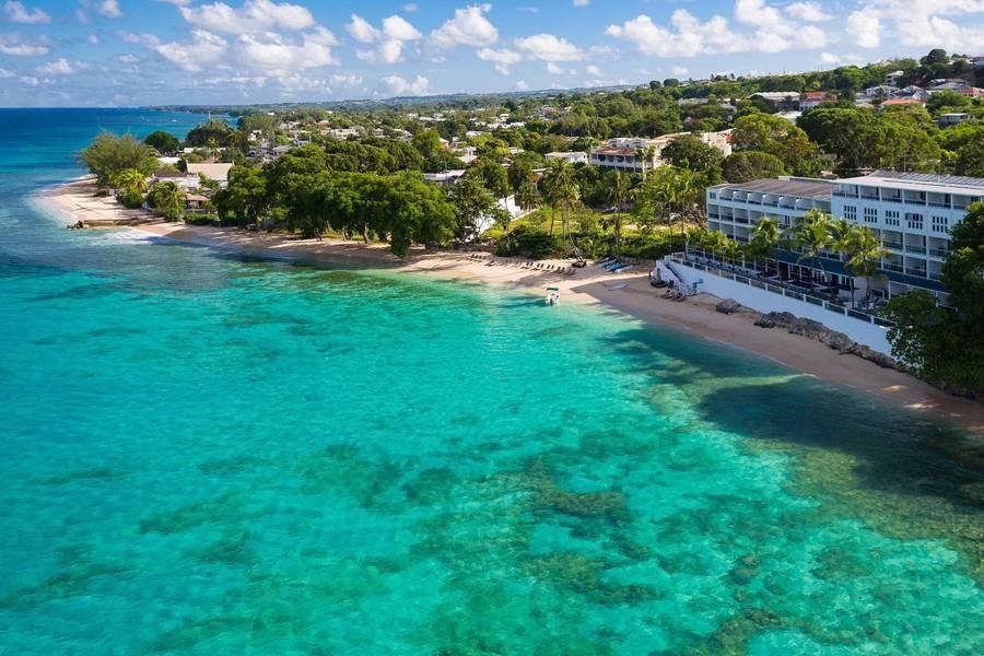 Hotel Waves à Saint James , proche d'une des plus belles plages de la Barbade  .