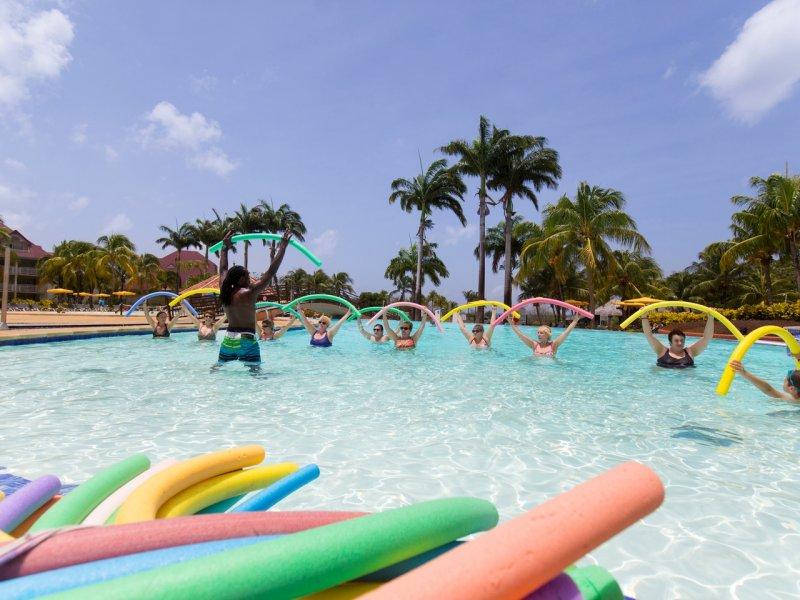 Activité sportive à la piscine lors de son séjour en Martinique