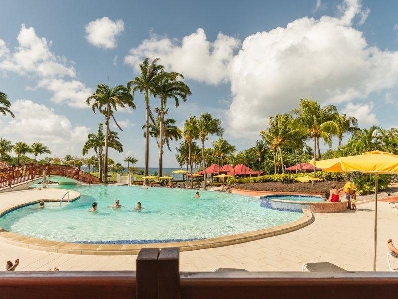 Grande piscine extérieure dans le village club de vacances